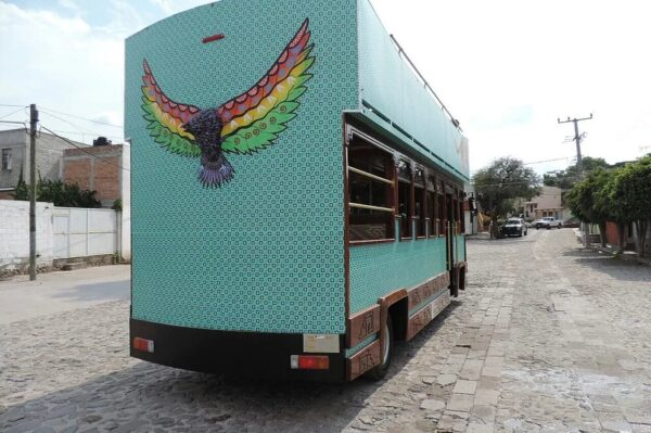 foto por atras del tranvía turistico en oaxaca
