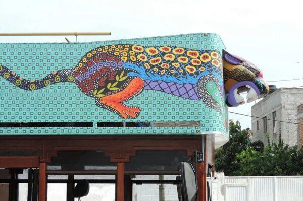 Tranvía turístico en oaxaca con cabeza de jaguar