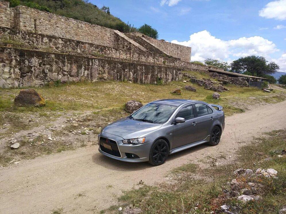 automovil de renta en paisaje en Oaxaca